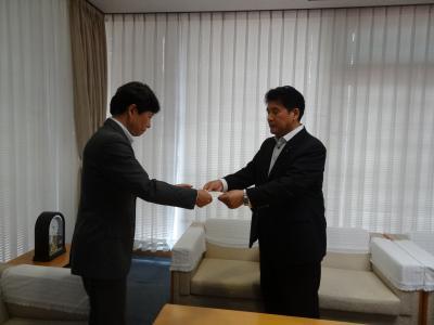 7月9日 故江草安彦氏への名誉県民称号授与を小野泰弘議長が知事に要請しました。